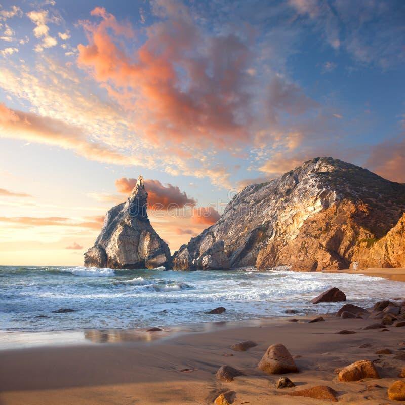 Красивый восход солнца над скалистым пляжем океана, ландшафт стоковая фотография rf