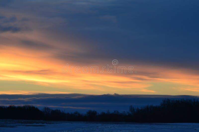 Красивый восход солнца над снежным полем в Мичигане стоковое изображение
