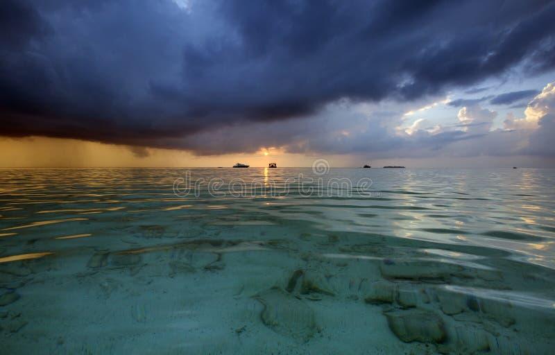 Красивый восход солнца с темными черными тучами на Мальдивах стоковые фотографии rf