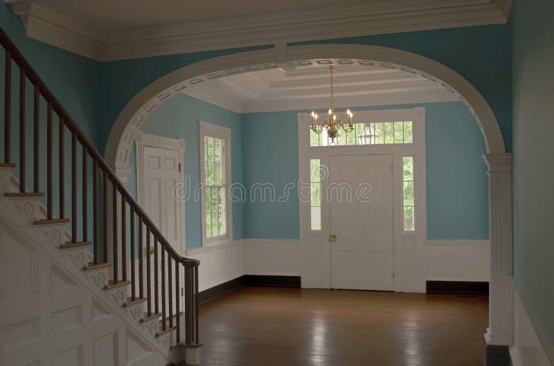 Красивый вход в колониальный дом стоковая фотография rf