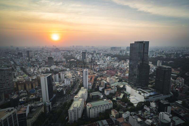 Красивый выравниваясь заход солнца над городом Хошимина стоковое фото rf