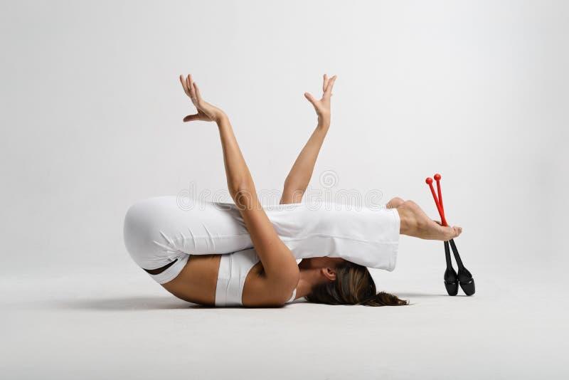 Красивый гимнаст с жезлами стоковые фото