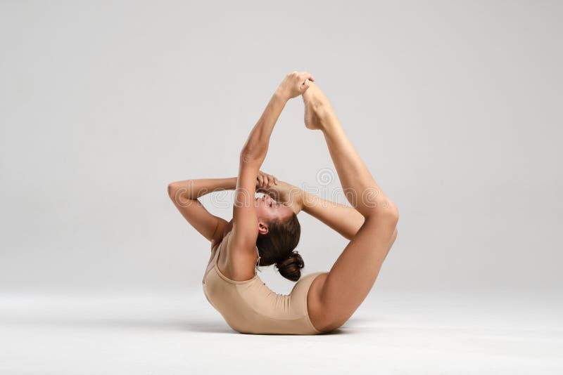 Красивый гимнаст с жезлами стоковая фотография