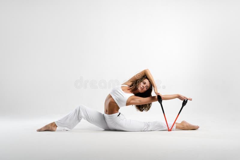 Красивый гимнаст с жезлами стоковые изображения