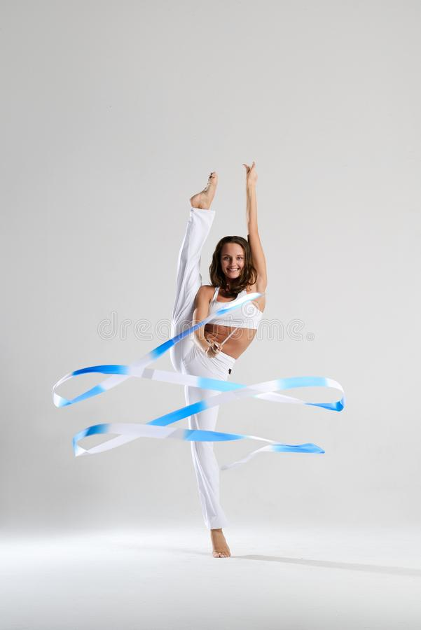 Красивый гимнаст с жезлами стоковое изображение