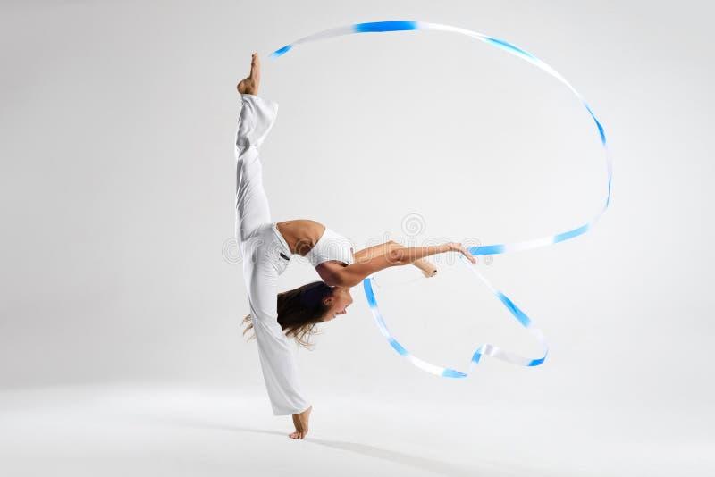 Красивый гимнаст с лентой стоковое фото