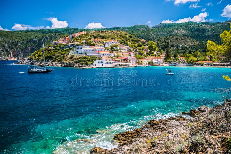Красивый голубой залив в деревне Assos расположенной на Kefalonia Отключение каникул туризма лета вокруг Греции стоковое фото rf