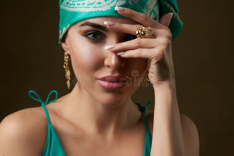 Красивый голубой наблюданный портрет женщины, представляя против темной предпосылки, конец-вверх стоковое фото