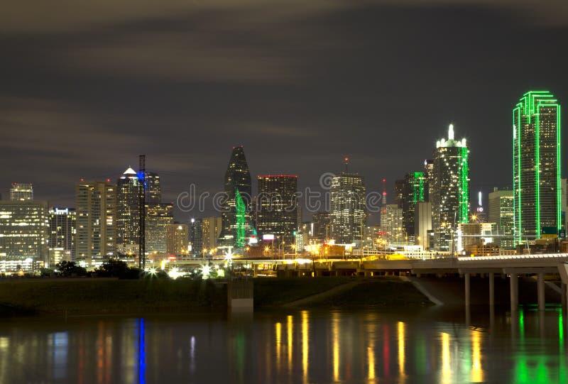 Красивый горизонт Далласа города на ноче стоковые фотографии rf