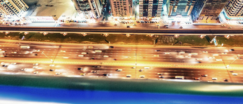 Красивый горизонт ночи Дубай над шейхом Zayed Дорогой стоковая фотография
