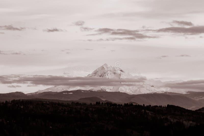 Красивый горизонт со снежной горой стоковое изображение rf