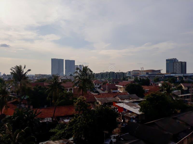 Красивый городской пейзаж во время пасмурного и дождливого захода солнца Принятый в городское южное Bekasi, западная Ява, Индонез стоковое фото