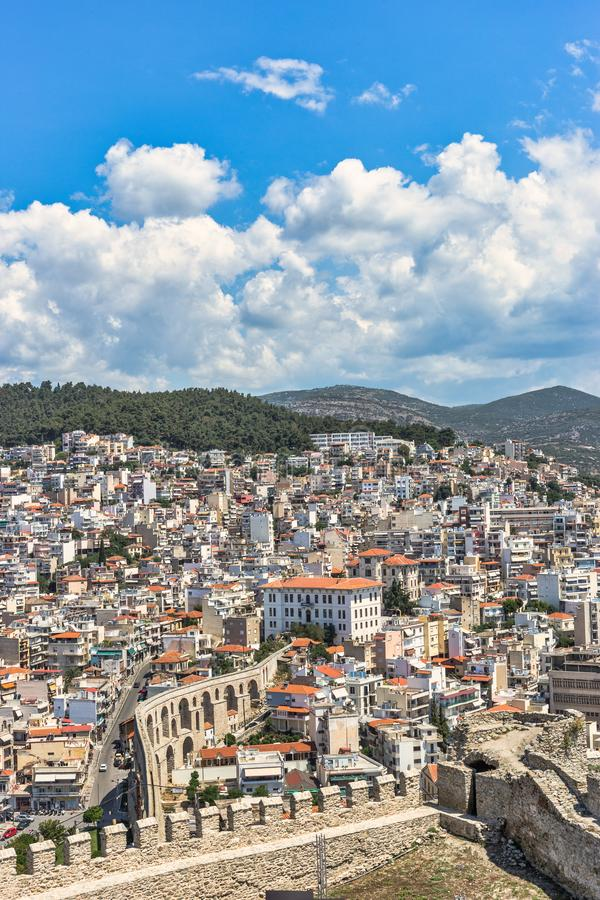 Красивый городской пейзаж городка Кавалы и византийского акведука стоковые фото