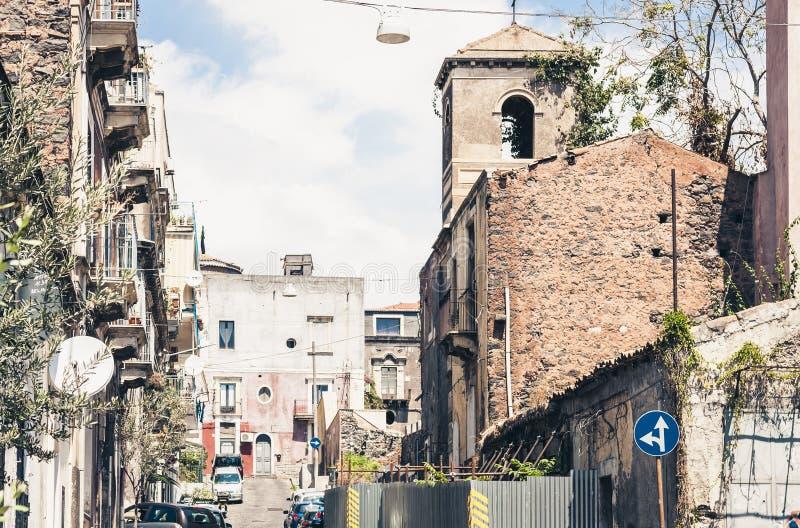 Красивый городской пейзаж Италии, исторической улицы Катании, Сицилии, фасада старых зданий стоковые изображения