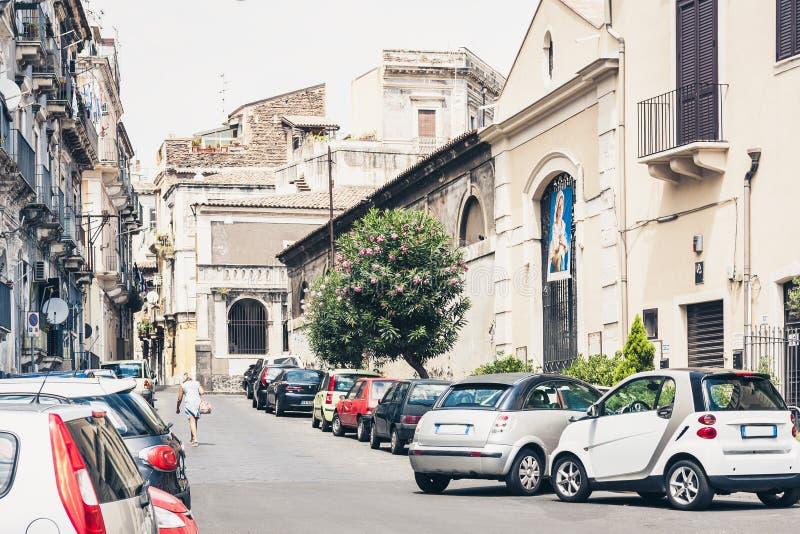 Красивый городской пейзаж Италии, исторической улицы Катании, Сицилии, фасада старых зданий стоковое изображение rf
