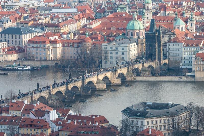 Красивый городской пейзаж Праги с классическими красными крышами, рекой Влтавы и известными чехословакскими showplaces стоковые фотографии rf