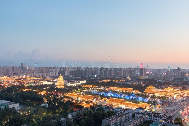 Красивый городской пейзаж xian в наступлении ночи стоковое фото rf