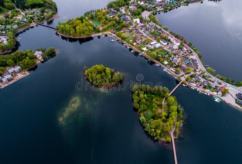 Красивый город с озерами, воздушными стоковые фотографии rf