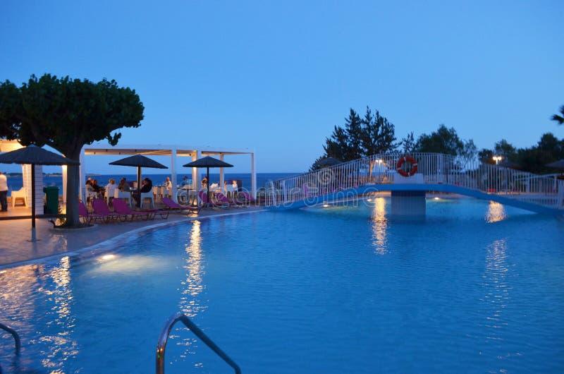 Красивый греческий вечер бассейном стоковая фотография rf