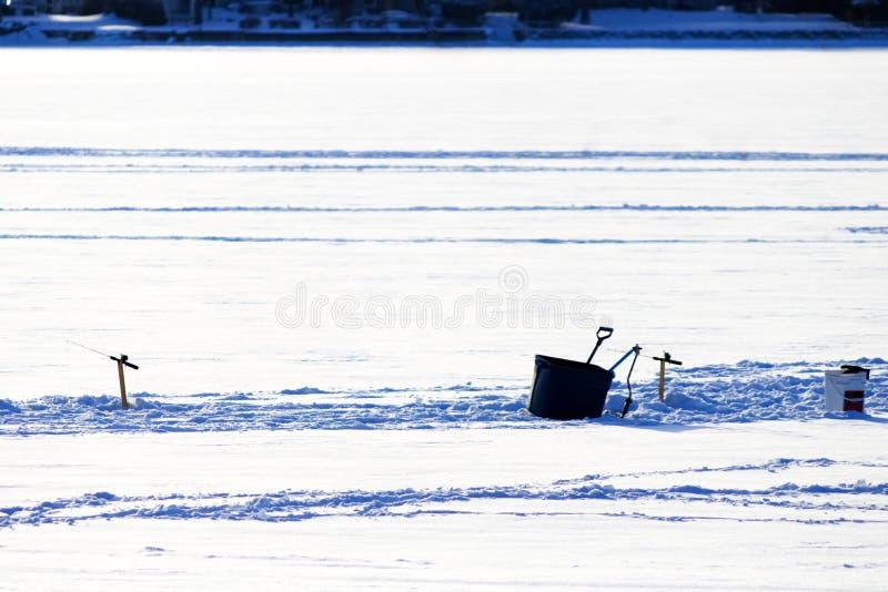 Красивый день для льда удя на реке стоковая фотография