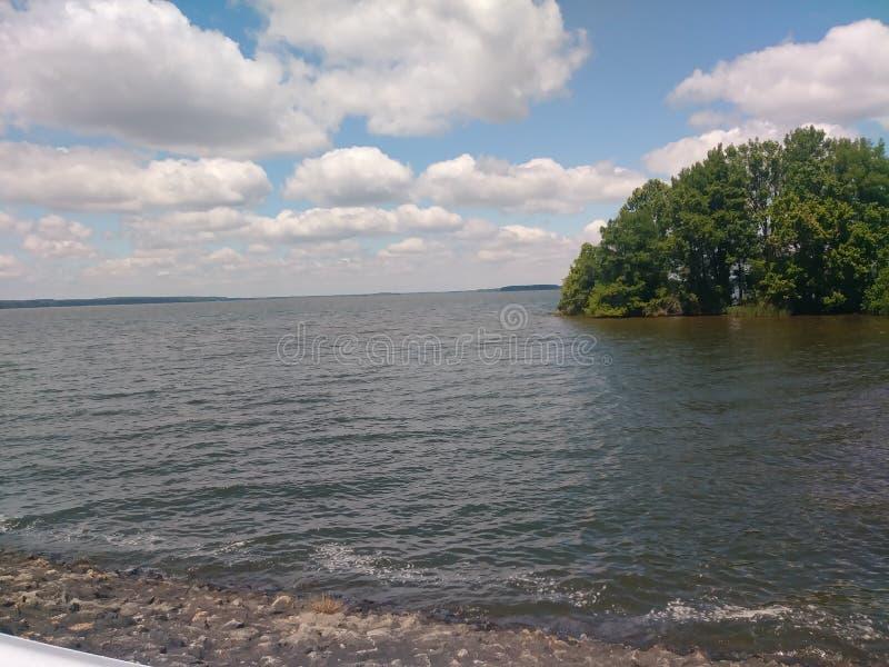 Красивый день на реке стоковое изображение rf