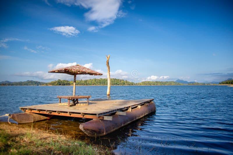 Красивый деревянный сплоток около озера за горой стоковые фотографии rf