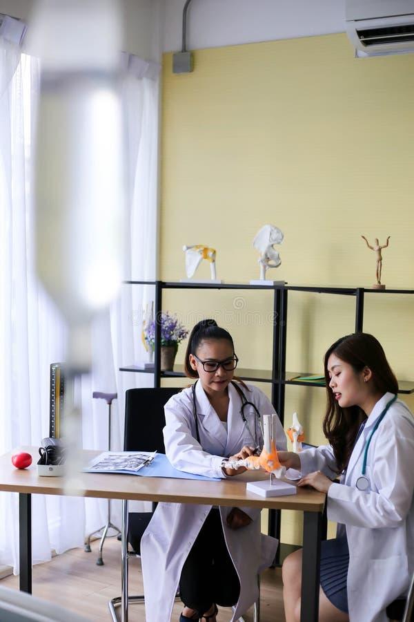 Красивый доктор женщины указывает на косточку в позвоночнике Ла стоковое изображение