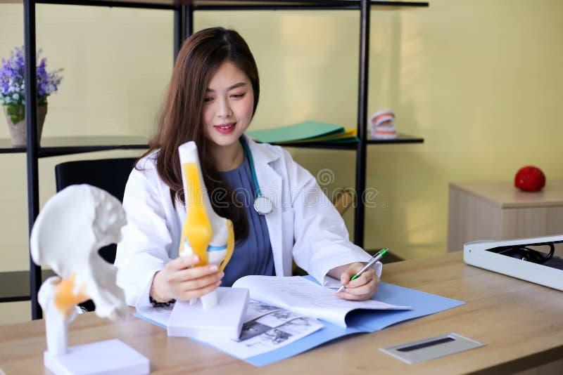 Красивый доктор женщины указывает на косточку в позвоночнике Ла стоковые изображения