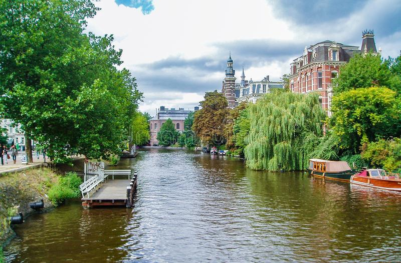 Красивый дом канала в Амстердаме стоковое фото