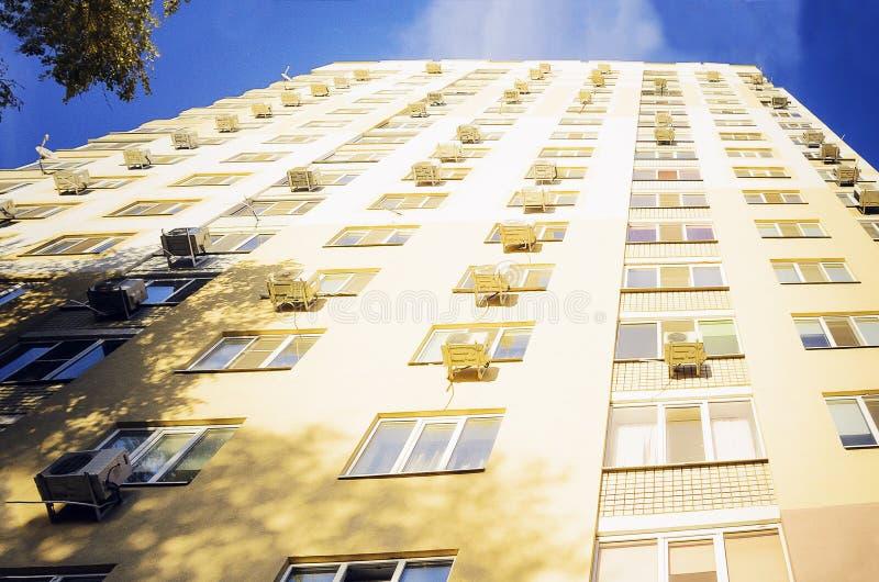 Красивый дом мульти-этажа Нижний взгляд стоковые изображения rf