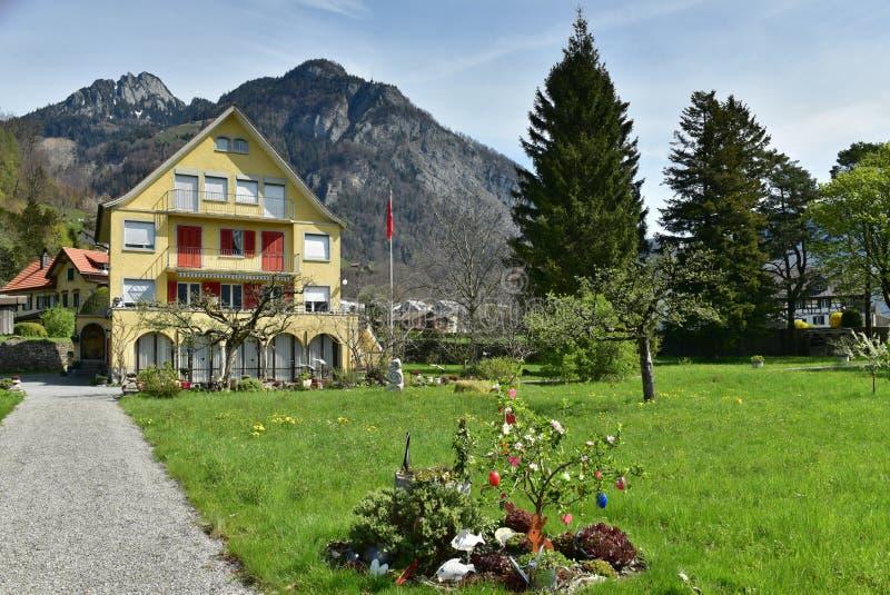 Красивый дом на предпосылке Альп на солнечный весенний день Weesen, Швейцария стоковая фотография rf