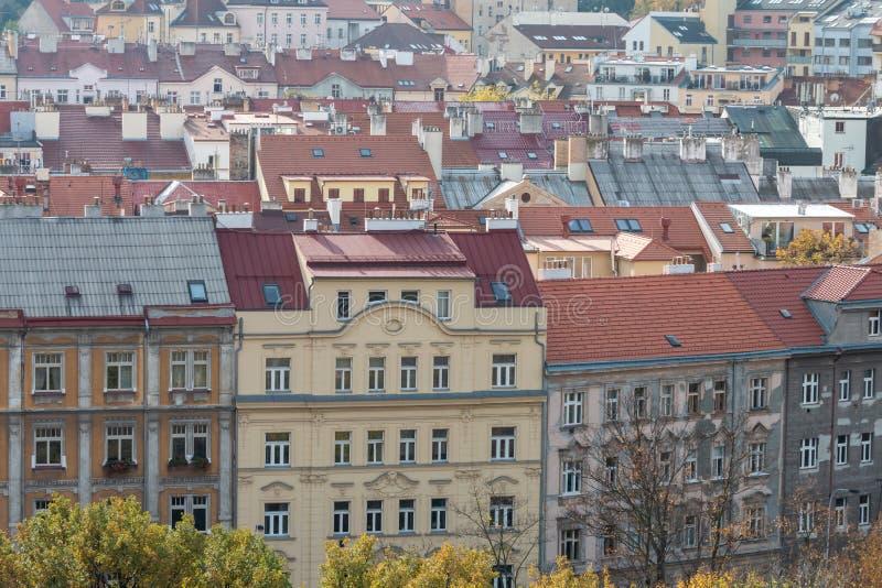 Красивый европейский городской пейзаж с классическими красными крышами стоковые изображения