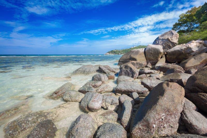 Красивый естественный камень утеса на тропическом пляже на свободе стоковые фотографии rf
