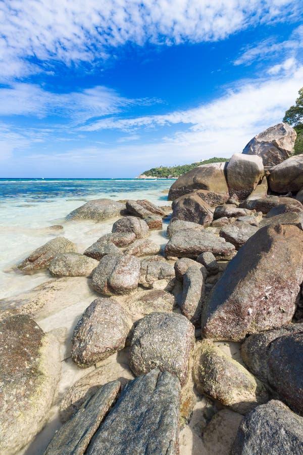 Красивый естественный камень утеса на тропическом пляже на свободе стоковое фото