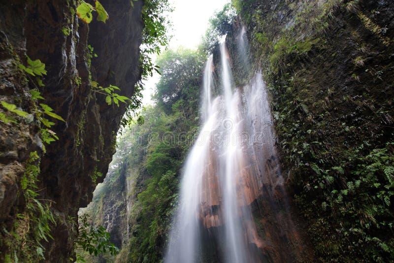 Красивый естественный каньон и изумительный водопад горы стоковая фотография