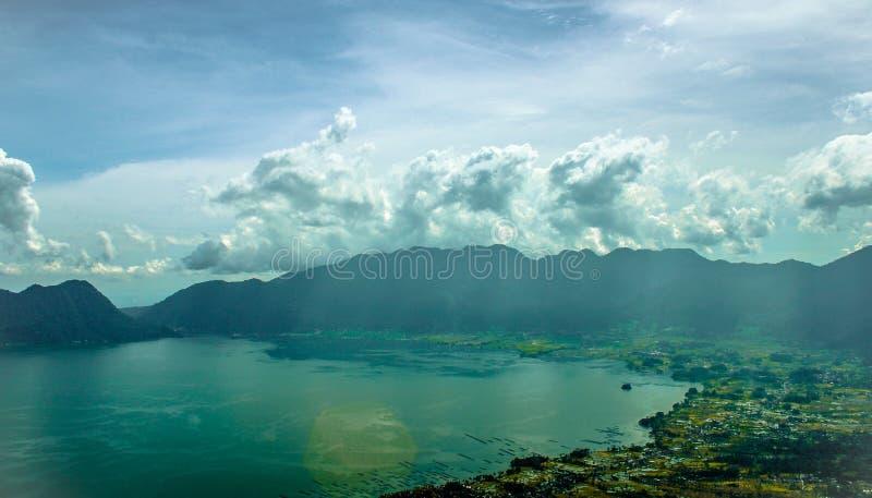 Красивый естественный ландшафт горы и голубого озера стоковое изображение
