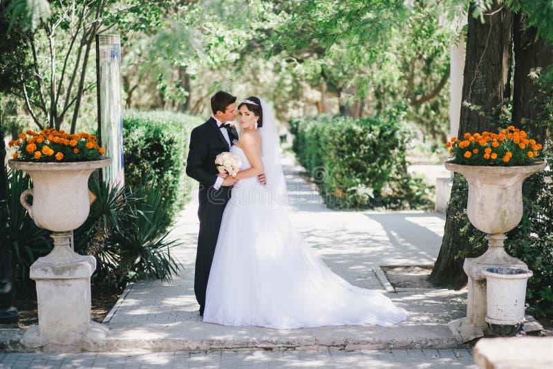 Красивый жених и невеста представляя в дворе замка стоковое изображение rf