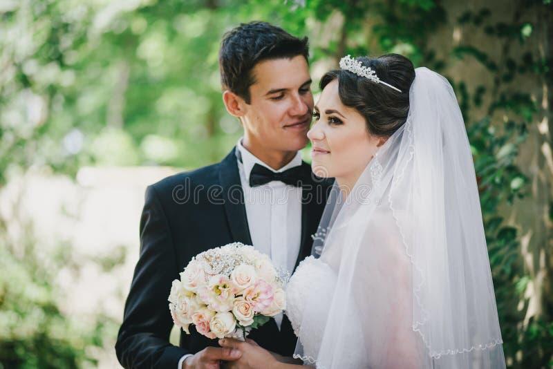 Красивый жених и невеста представляя в дворе замка стоковая фотография