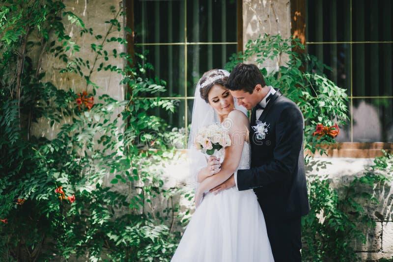 Красивый жених и невеста представляя в дворе замка стоковое фото
