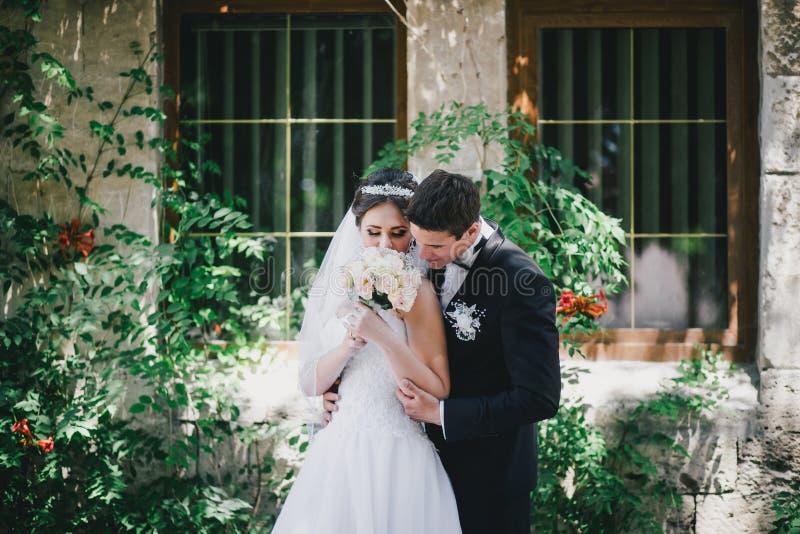 Красивый жених и невеста представляя в дворе замка стоковая фотография rf