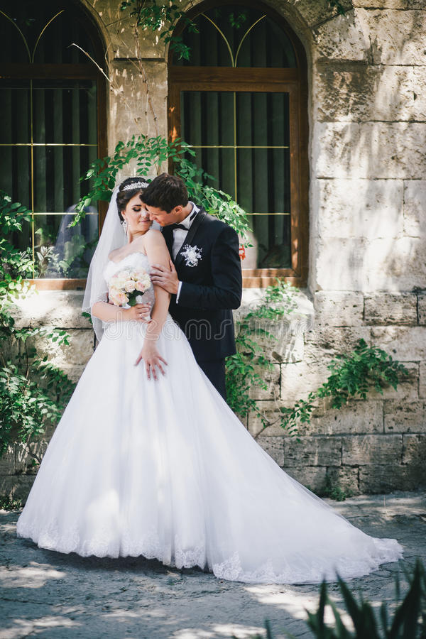 Красивый жених и невеста представляя в дворе замка стоковые изображения rf