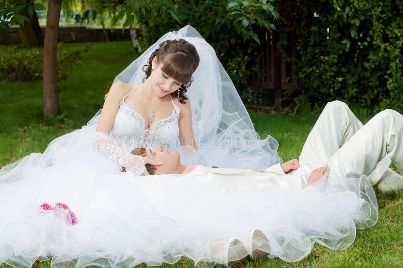 Download Красивый жених и невеста Smilling Стоковое Фото - изображение насчитывающей цветок, поженено: 37926172