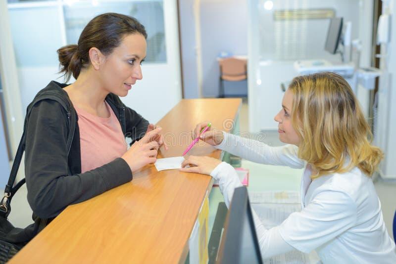 Красивый женский прием доктора в передней больнице стоковое изображение rf