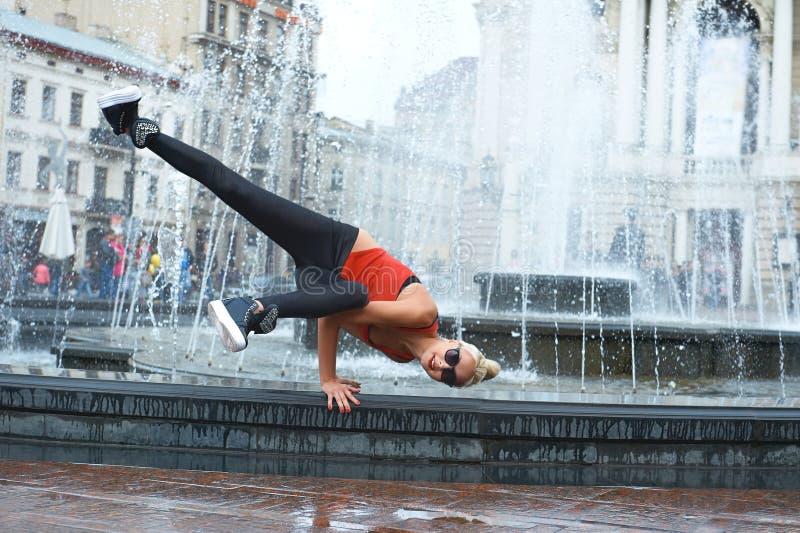 Красивый женский современный танцор выполняя outdoors стоковое изображение