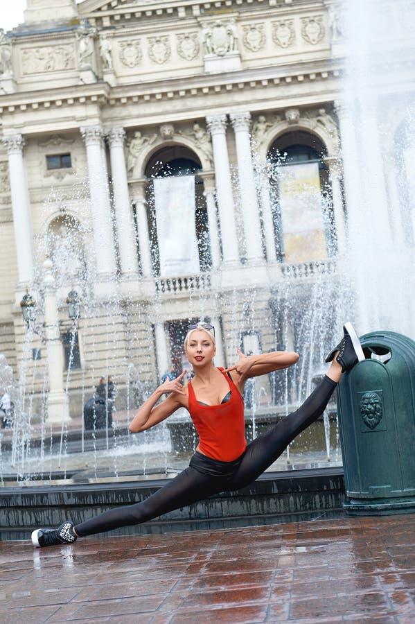 Красивый женский современный танцор выполняя outdoors стоковое фото rf