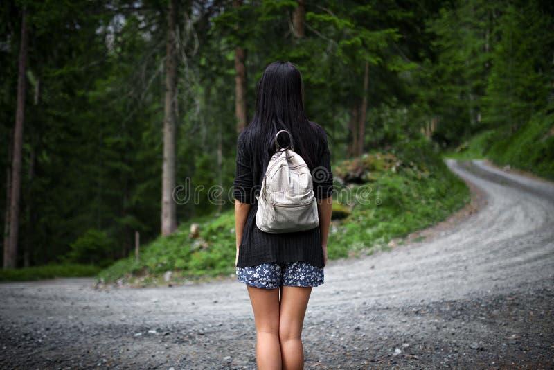 Красивый женский турист потерянный в лесе стоковые фото