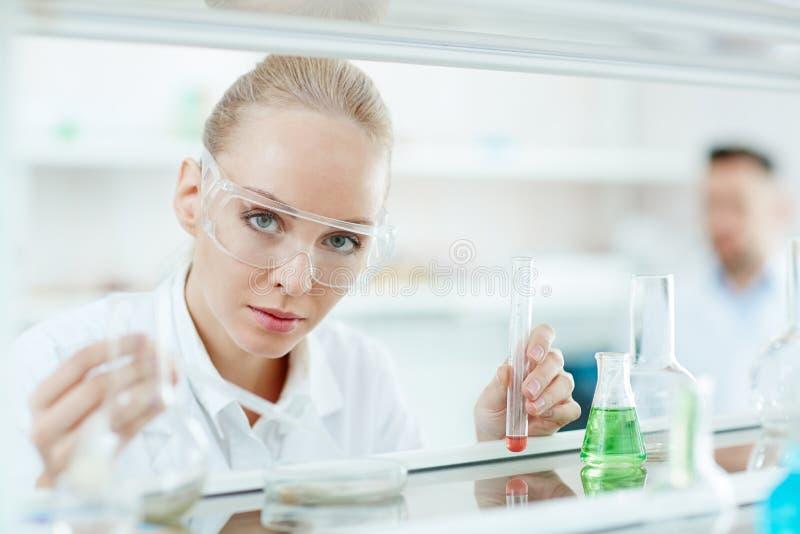 Красивый женский ученый в лаборатории стоковое изображение