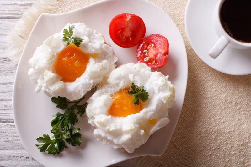 Красивый завтрак: яичка Orsini и взгляд сверху кофе горизонтальное стоковые изображения rf