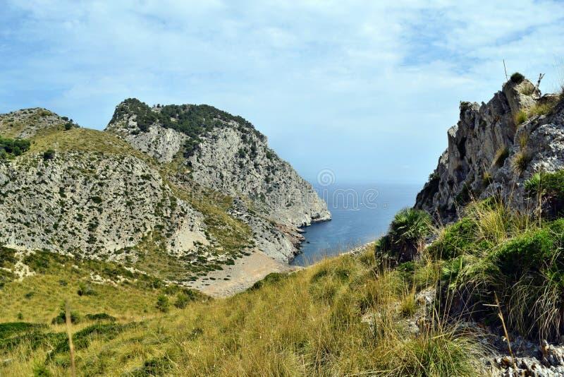 Красивый залив моря с водой бирюзы, пляжем и горами, Cala Figuera на крышке Formentor стоковые фото