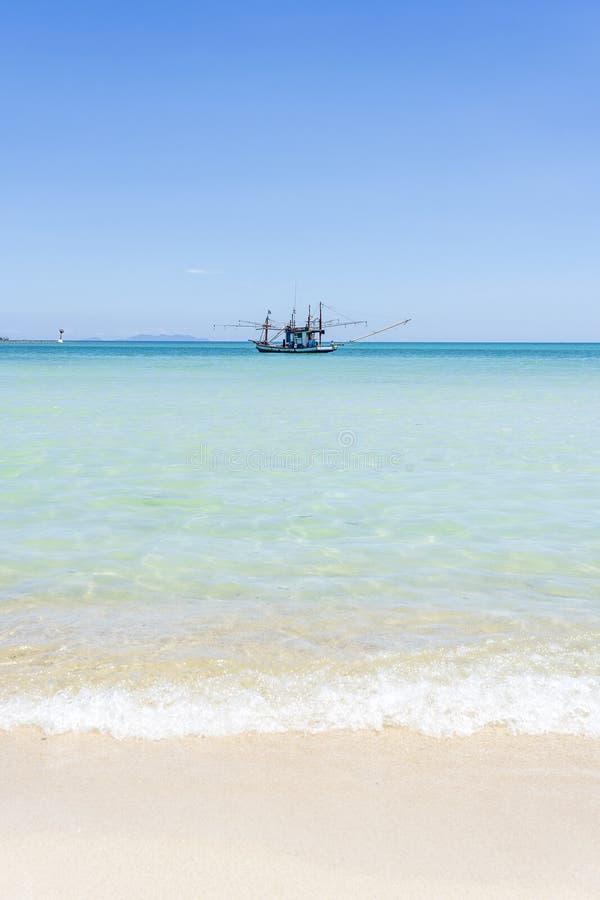 Красивый залив со шлюпкой рыболова на предпосылке голубого неба Тропические пляж песка и морская вода на Koh Phangan острова, стоковые фотографии rf